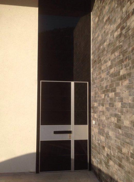 דלת מסדרת קו אפס בחיפוי זכוכית כולל חיפוי קיר הכניסה .
