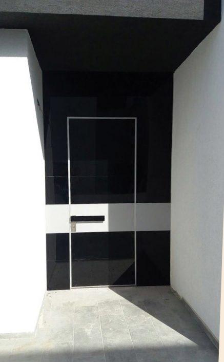 דלת פלדיניום קו אפס בחיפוי זכוכית שחורה מרשימה.