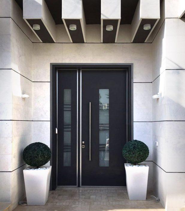 דלת כניסה ויטראז׳ בגווני שחור אפור בצורת פסים