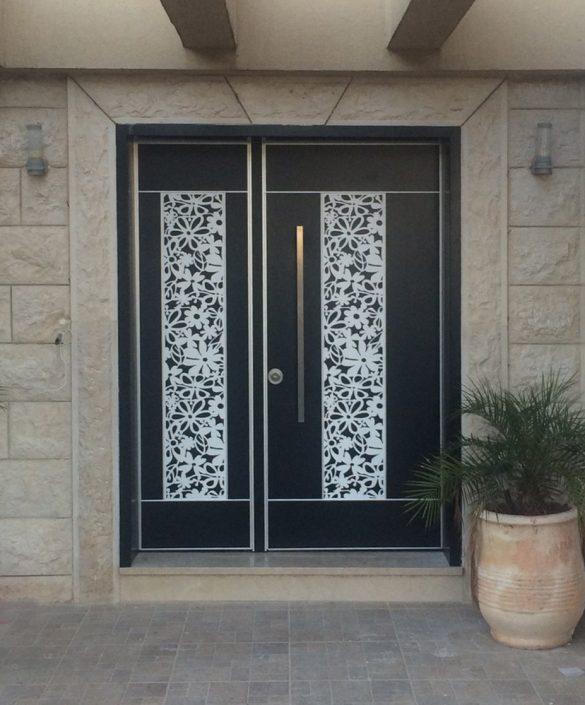 דלת מסדרת לייזר המשלבת חיפוי מעוצב בדוגמת פרחים