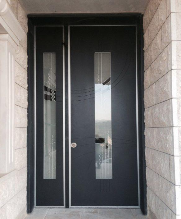 דלת כניסה כנף וחצי בעיצוב חלונות ויטראז׳ אומנותיים