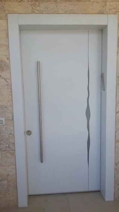דלת בעיצוב אומנותי חדשני הכולל חיפוי כפול חתוך בלייזר