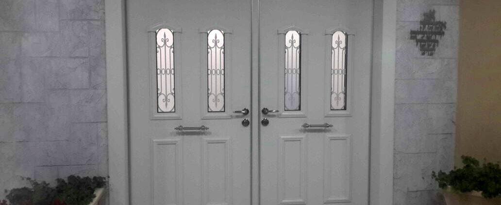 דלת דו כנפית בשילוב סורג ושתי חלונות