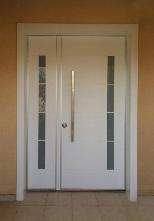 דלת פלדיניום כנף וחצי עם חלון וחיפוי דוגמאת פסים