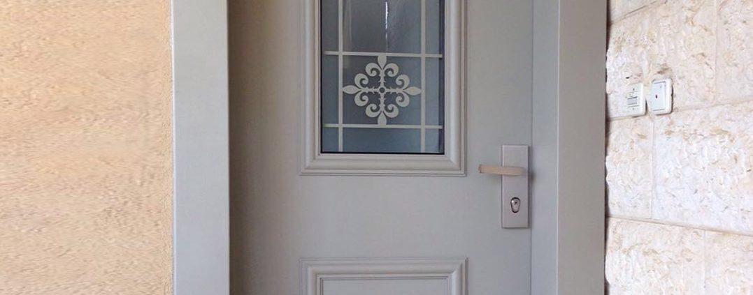 דלת אפורה מסדרת נפחות