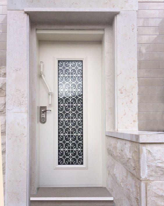 דלת בסגנון רטרו,חלון וסורג