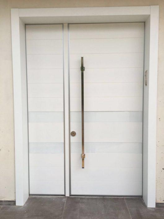דלת פלדיניום לבנה בשילוב זכוכית