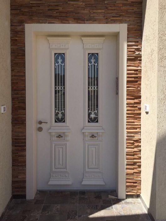 דלת פלדיניות בסגנון יווני