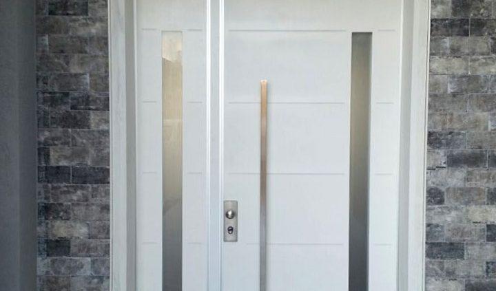 דלת פלדיניום לבנה כנף וחצי בשילוב חלונות ועיצוב מעודן בצורת פסים אופקיים מחורצים בדלת