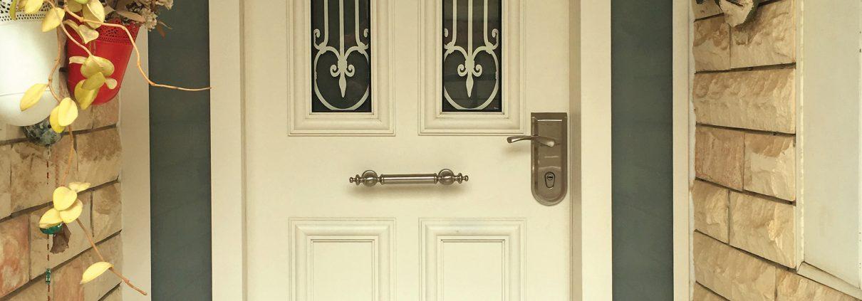 דלת כניסה בעיצוב יחודי משלים הכולל יחידות צד משני צידי הדלת