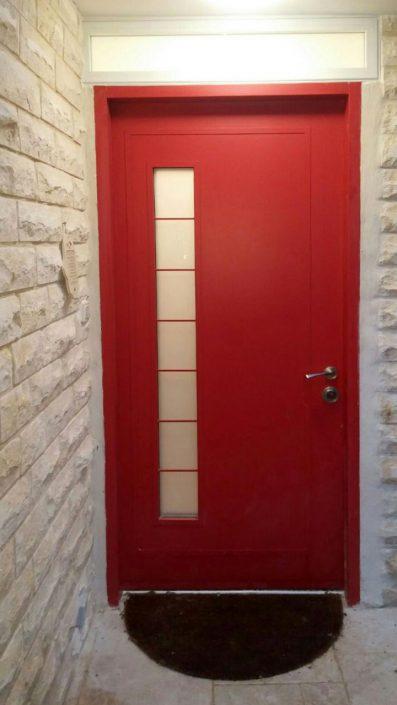 דלת כניסה אדומה בעלת נוכחות עוצמתית