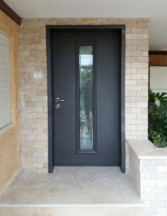 דלת כניסה פלדה קלאסית בשילוב חלון סורג לייזר