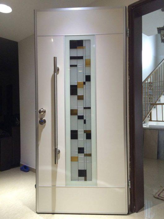 דלת פלדיניום מעוצבת בשילוב חלון ויטראז׳ אומנותי מרשים