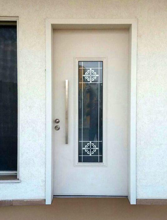 דלת כניסה לבנה בשילוב חלון מסורג מעוצב צבוע בלבן