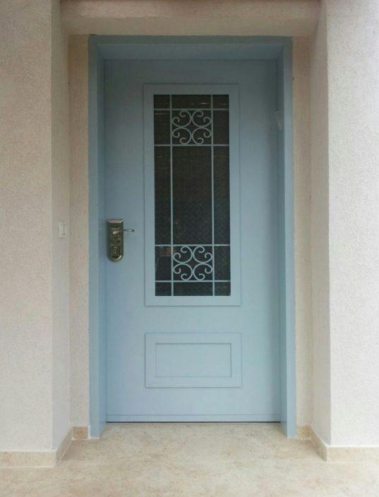דלת פלדה מעוצבת בשילוב חלון סורג לייזר צבוע